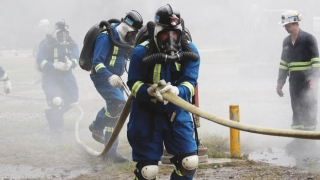 Participants of mine rescue competition using a fire hose