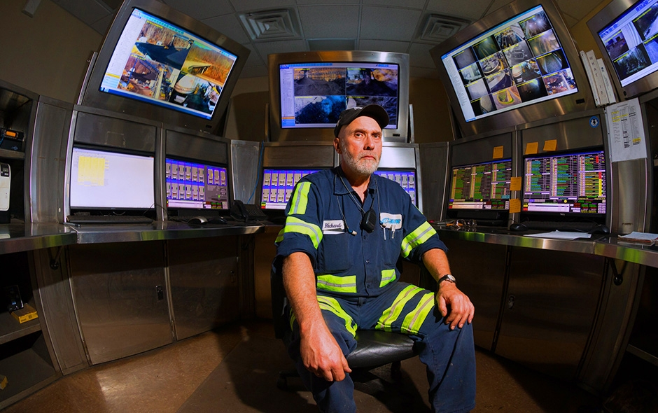 An Inspector in the middle of a room surrounded by monitors of different iniciatives